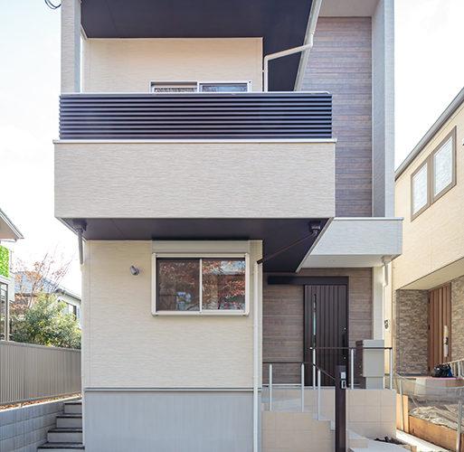 吹き抜けのある二階リビングの家